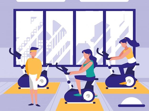 Mensen die spinnen fiets in sportgymnastiek berijden