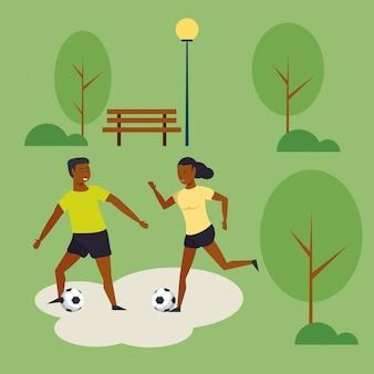 Mensen die voetbal opleiden bij parkbeeldverhaal
