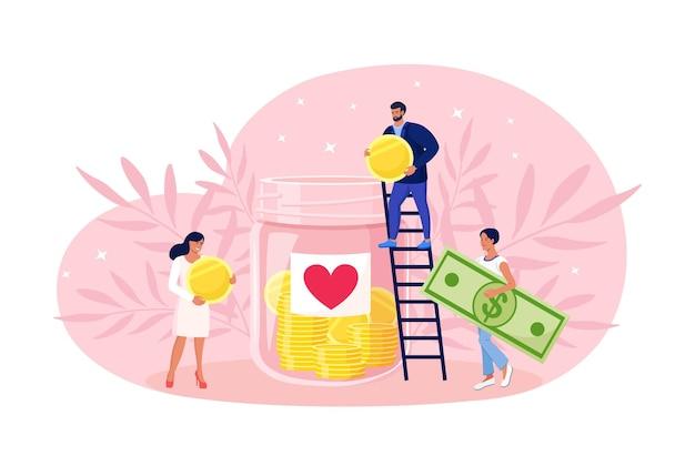Mensen doneren geld aan arme mannen. donatie, vrijwilligerswerk, liefdadigheid. kleine vrijwilliger op ladder gooit munten en biljetten in enorme glazen pot met hartsticker
