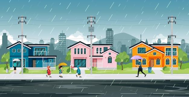 Mensen en schoolkinderen lopen in de regen naar huis.