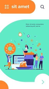 Mensen genieten van koffiepauze. jonge mannen en vrouwen die digitale apparaten gebruiken onder wegwerpbekers van papier en keramiek, gebakken snacks, menu