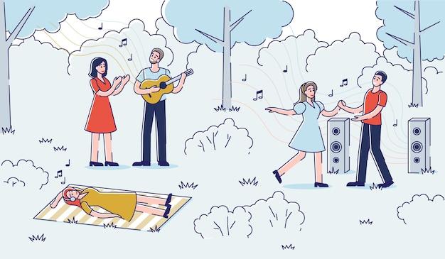 Mensen genieten van muziek buitenshuis: straatmuzikant zingen en gitaar spelen en paar dansen in park.