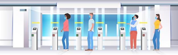 Mensen gingen door een tourniquet in de metro met borden voor maatregelen ter bescherming van de coronavirus-epidemie op sociale afstand