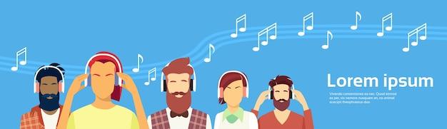 Mensen groep hipster man vrouw hoofdtelefoons dragen