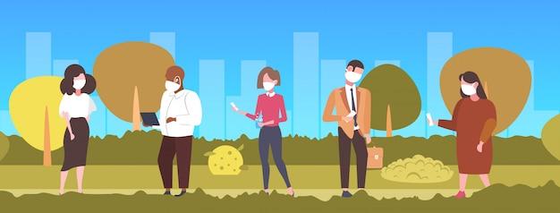 Mensen in gezichtsmasker met behulp van gadgets giftige luchtverontreiniging industrie smog vervuild milieu concept mix ras vrouwen groep wandelen openlucht stadsgezicht achtergrond volledige lengte