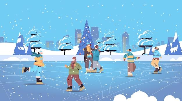 Mensen in masker schaatsen op ijsbaan mix race mannen vrouwen hebben winter plezier buitenshuis activiteiten coronavirus quarantaine concept stadsgezicht achtergrond volledige lengte horizontaal vector illustratie
