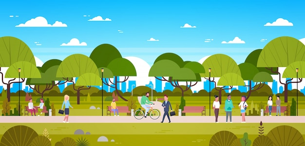 Mensen in park ontspannen in stedelijke natuur over skyline van de stad wandelen paardrijden fiets en communiceren