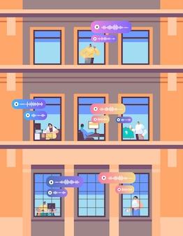 Mensen in raamkozijnen communiceren via spraakberichten audio chat applicatie sociale media communicatie concept gebouw gevel verticaal portret vectorillustratie