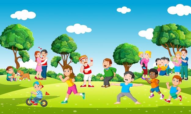 Mensen in stadspark die sporten doen en met kinderen in vrije tijd spelen