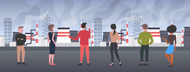 Mensen kijken naar plant pijp vuil afval giftig gas luchtverontreiniging industrie smog vervuild milieu concept mannen vrouwen lopen buiten industrieel landschap horizontaal volledige lengte achteraanzicht