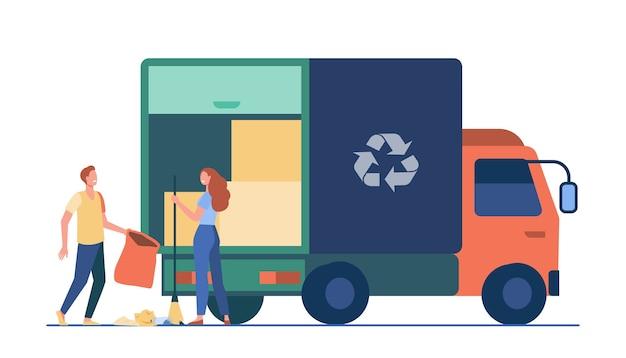 Mensen laden vuilnis in vrachtwagen. afval ophalen met recycling teken platte vectorillustratie. afvalverwijdering, vrijwilligerswerk, afvalinzameling