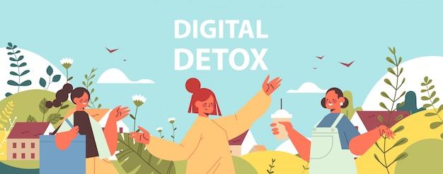 Mensen lopen buiten koffie drinken vrouwen tijd doorbrengen zonder gadgets digitale detox concept
