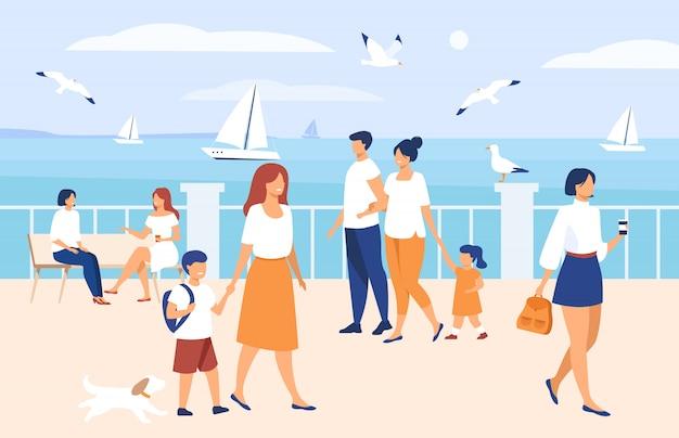 Mensen lopen op de kade aan zee