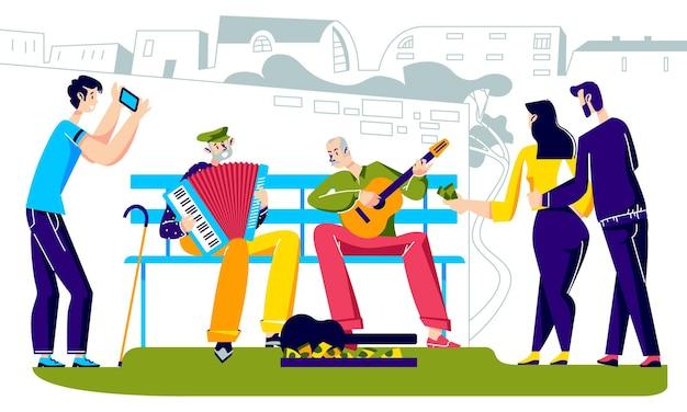 Mensen luisteren naar senior straatartiesten die spelen op muziekinstrumenten in de stad