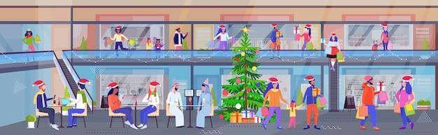 Mensen met aankopen en cadeau-huidige dozen kerstmis nieuwjaarsvakantie