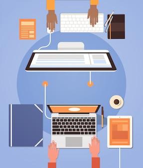 Mensen met behulp van computers ondernemers hand werkplek desk top hoek view laptop desktop teamwork