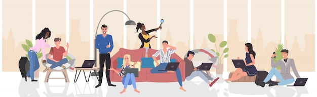 Mensen met behulp van digitale gadgets selfie foto nemen op smartphone camera mix race mannen vrouwen streaming live communicatie blogging concept moderne woonkamer interieur horizontale volledige lengte