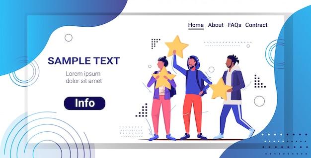 Mensen met beoordeling sterren klantenbeoordeling feedback van klanten tevredenheid niveau concept schets volledige lengte horizontale kopie ruimte