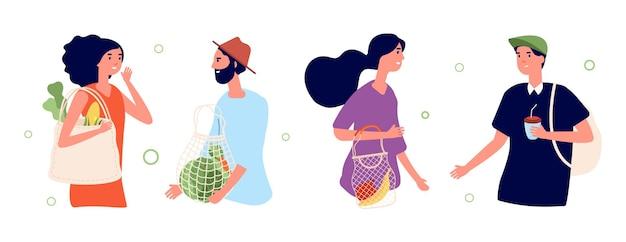 Mensen met ecotassen. geen afvalconcept. mannen vrouwen praten, stripfiguren met papier of textiel shoppers