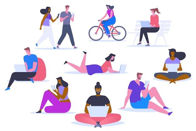 Mensen met gadgets platte vector illustraties set. gelukkige mannen en vrouwen die stripfiguren van digitale apparaten gebruiken. afstandsonderwijs, ontwerpelementen op afstand. moderne technologie voor werk en vrije tijd