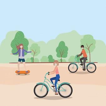 Mensen met maskers op cycli in het park