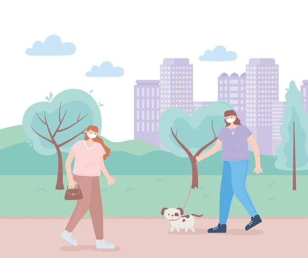 Mensen met medisch gezichtsmasker, vrouwen die met huisdierenhond lopen, stadsactiviteit tijdens coronavirus
