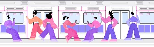 Mensen passagiers met behulp van digitale gadgets in metro ondergrondse tram stad openbaar vervoer
