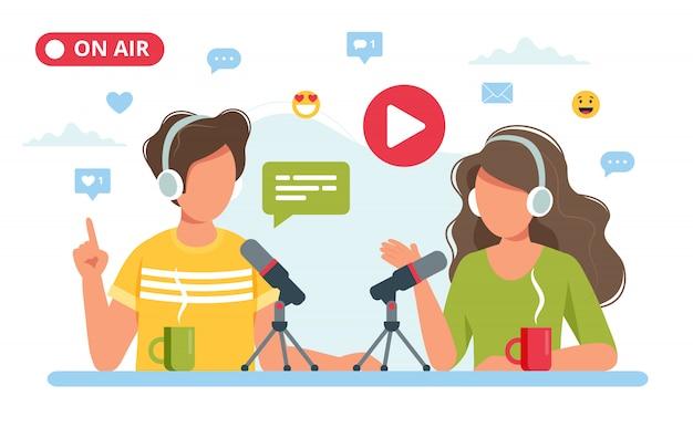 Mensen praten met microfoon opname podcast in studio.
