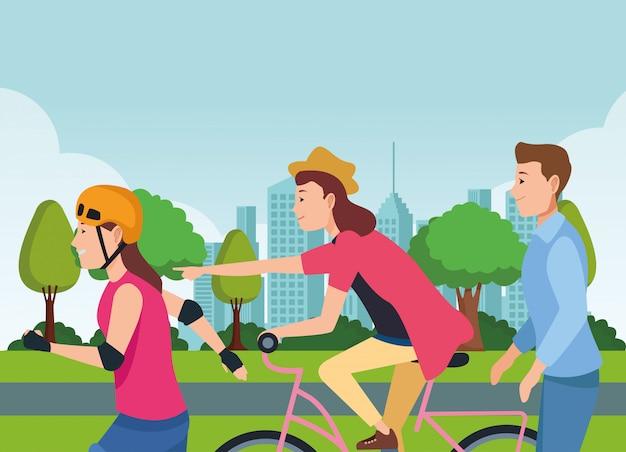 Mensen rijden met fietsen scooter en schaatsen