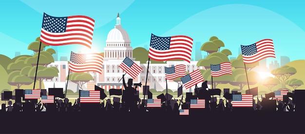 Mensen silhouetten houden plakkaten in de buurt van witte woningbouw vs presidentiële inauguratie dag viering concept stadsgezicht achtergrond horizontale vectorillustratie