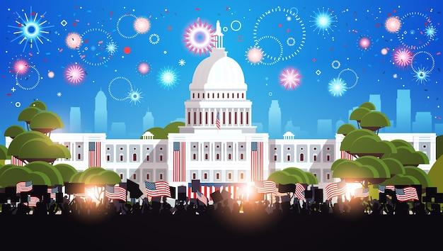 Mensen silhouetten met amerikaanse vlaggen in de buurt van witte woningbouw vs presidentiële inauguratie dag viering concept stadsgezicht achtergrond horizontale vectorillustratie