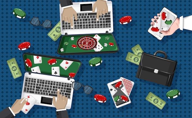 Mensen spelen casino op laptop en mobiele telefoon