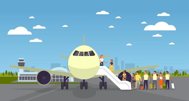Mensen staan in de rij bij het vliegtuig op de luchthaven. stap aan boord van het vliegtuig. idee van luchtvervoer.