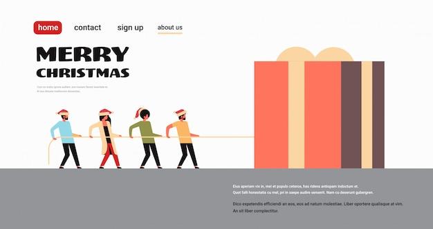 Mensen trekken touw geschenkdoos aanwezig voor kerstmis