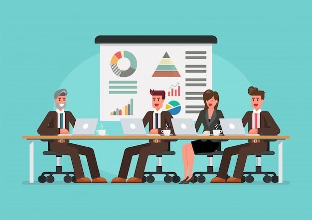 Mensen uit het bedrijfsleven bijeen op de tafel