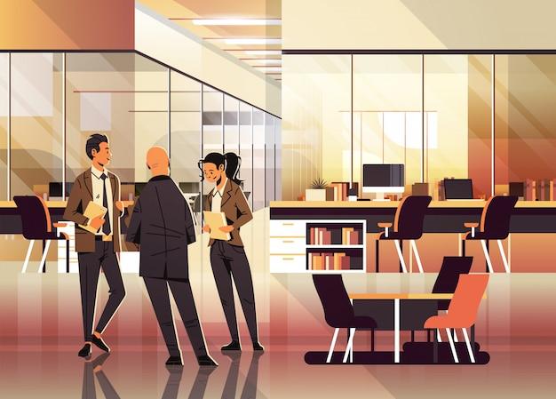Mensen uit het bedrijfsleven communiceren in office