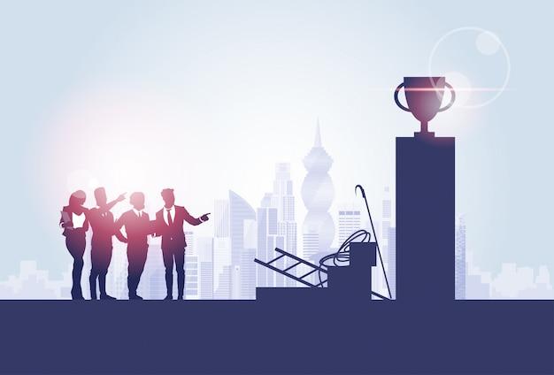 Mensen uit het bedrijfsleven groep silhouetten over stad landschap cup concurrentie concept