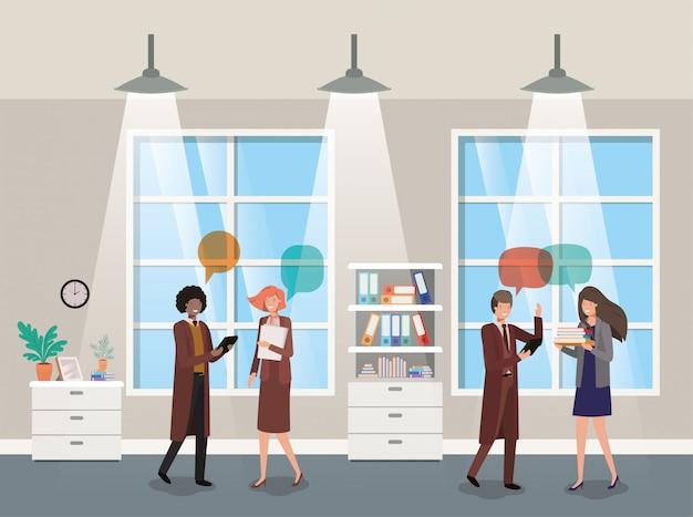 Mensen uit het bedrijfsleven praten in gang kantoor