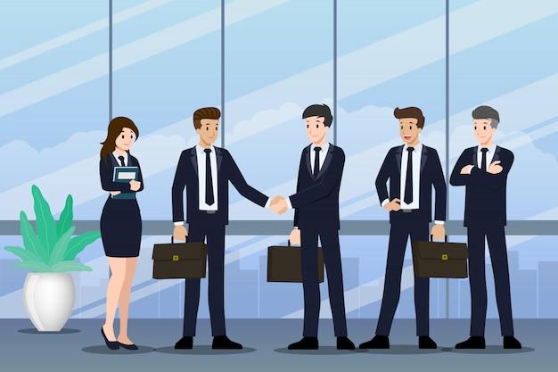 Mensen uit het bedrijfsleven staan en schudden elkaar de hand.