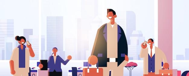 Mensen uit het bedrijfsleven team samen te werken mannen vrouwen collega's met bijeenkomst in vergaderruimte succesvol teamwork concept modern kantoor interieur plat portret horizontaal