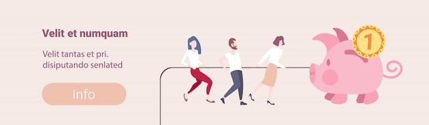 Mensen uit het bedrijfsleven trekken touw grote geld spaarvarken concept succesvolle teamwerk strategie groei rijkdom vlakke horizontale kopie ruimte