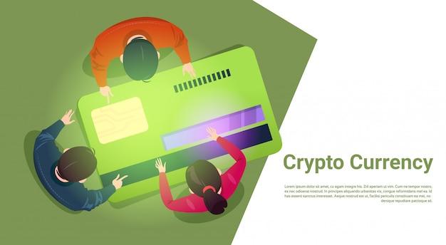 Mensen uit het bedrijfsleven zitten bij creditcard bitcoin bovenhoek weergave crypto valuta concept
