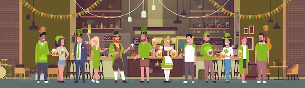 Mensen vieren saint patricks day illustratie