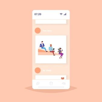 Mensen vliegen op papier vliegtuig collega's team met behulp van gadgets samen reizen digitale verslaving concept mobiele app smartphone schermafbeelding
