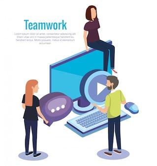 Mensen werken samen met desktop