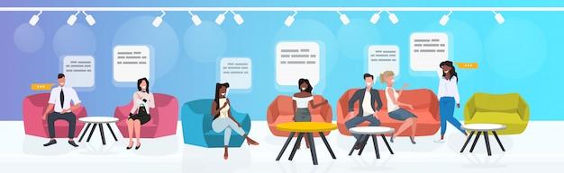 Mensen zitten aan cafe tafels mannen vrouwen bespreken tijdens vergadering toespraak praatje bubble communicatie concept