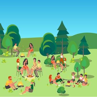 Mensen zitten bij het kampvuur. avontuur in de natuur, zomeractiviteit. ontspanning buiten. vrienden koken van voedsel op een vuur.