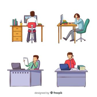 Mensenarbeiders die bij geplaatste bureaus zitten