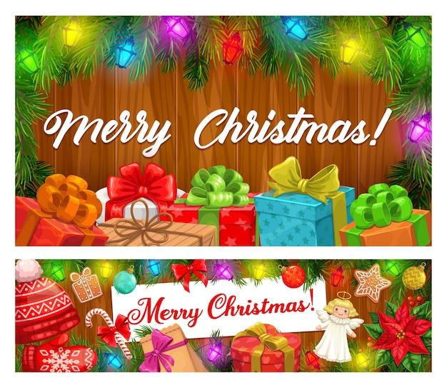 Merry christmas banners van kerstslingers en wintervakantie geschenken. huidige dozen met linten en strikken, zuurstokken, peperkoek en ballen, pijnboom, lichten en rode hoed op houten achtergrond
