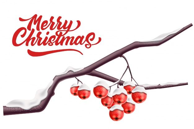 Merry christmas belettering lijsterbes branck met rode bes met sneeuw